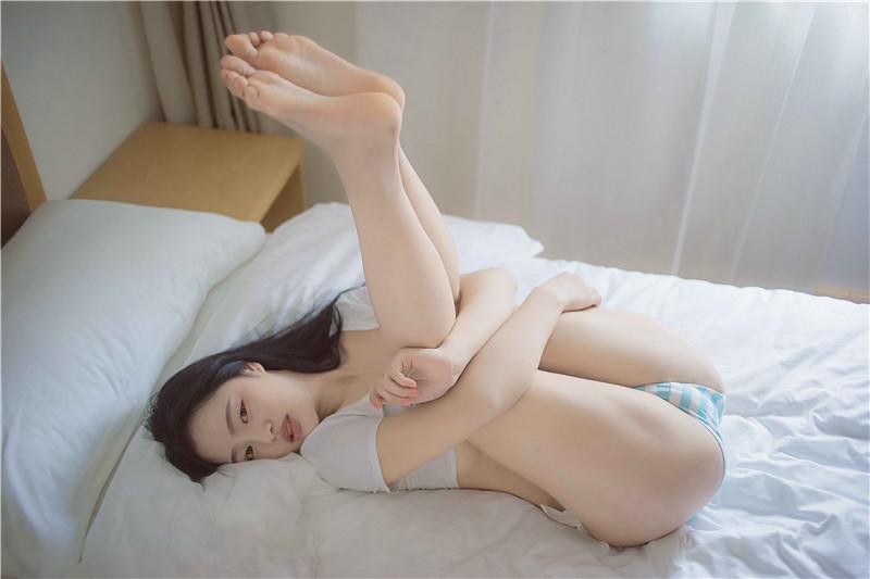 小何童鞋作品 – 蓝白胖次 [60P]